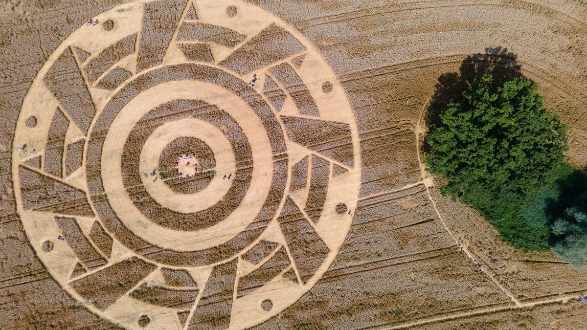 Luftbildaufnahme eines konzentrischen geometrischen Musters in einem Weizenfeld am Ammersee