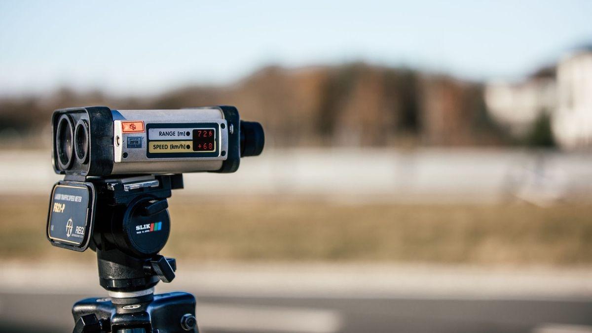 Ein Geschwindigkeitsmessgerät zeigt das Ergebnis einer Geschwindigkeitsmessung an