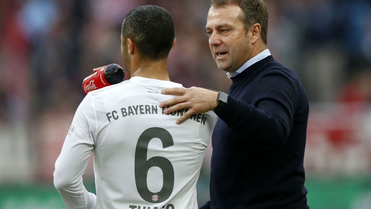 FC-Bayern-Spieler Thiago (links) und Trainer Hansi Flick
