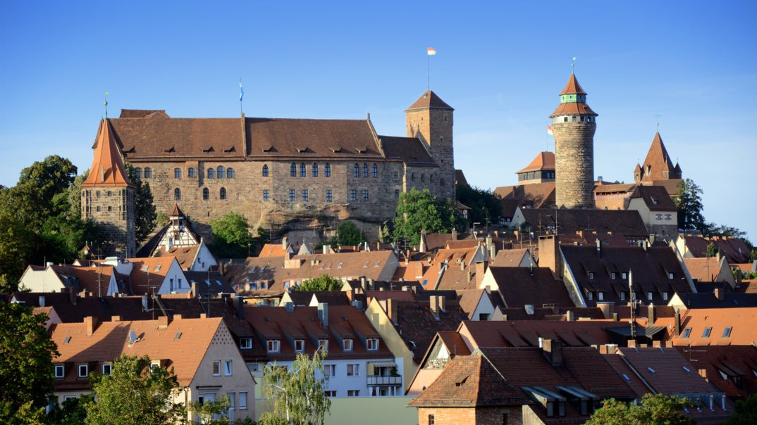 Die Nürnberger Kaiserburg mit der rot-weiße Fahne auf dem Turm