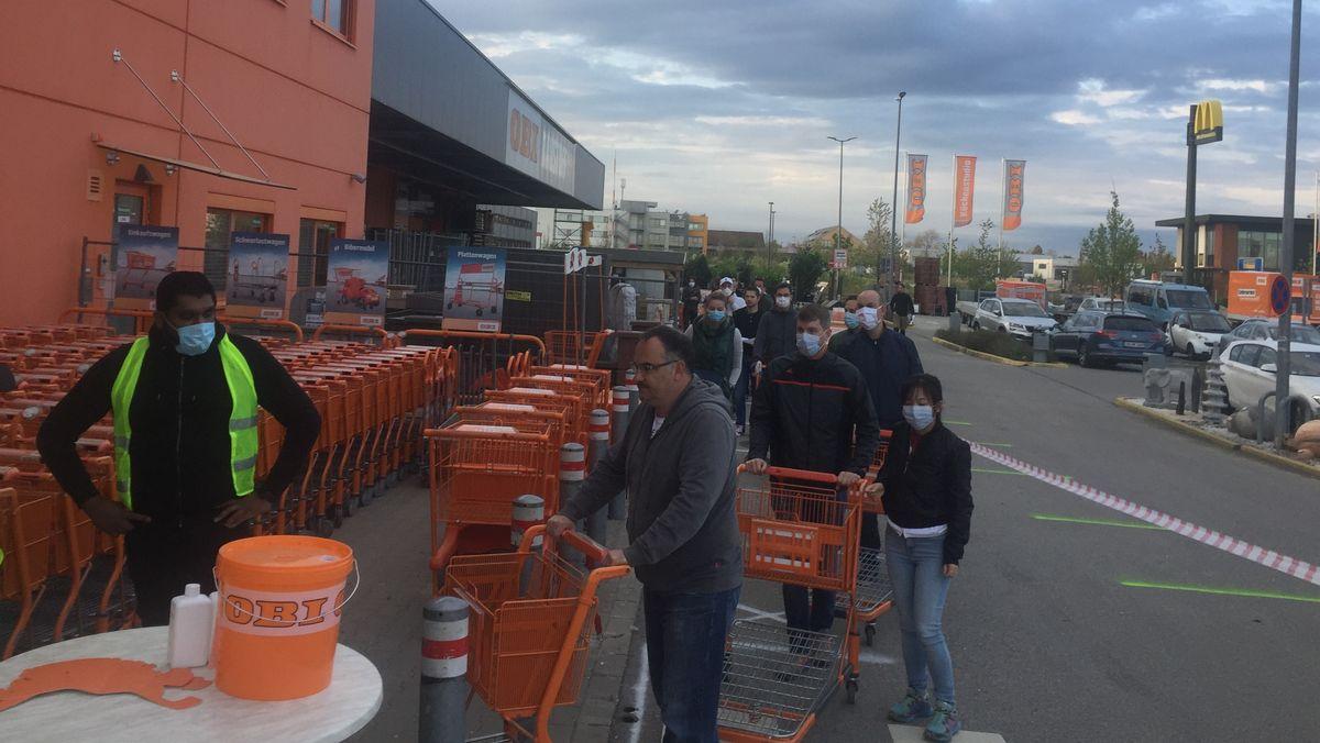Reger Kundenandrang bei OBI in Parsdorf