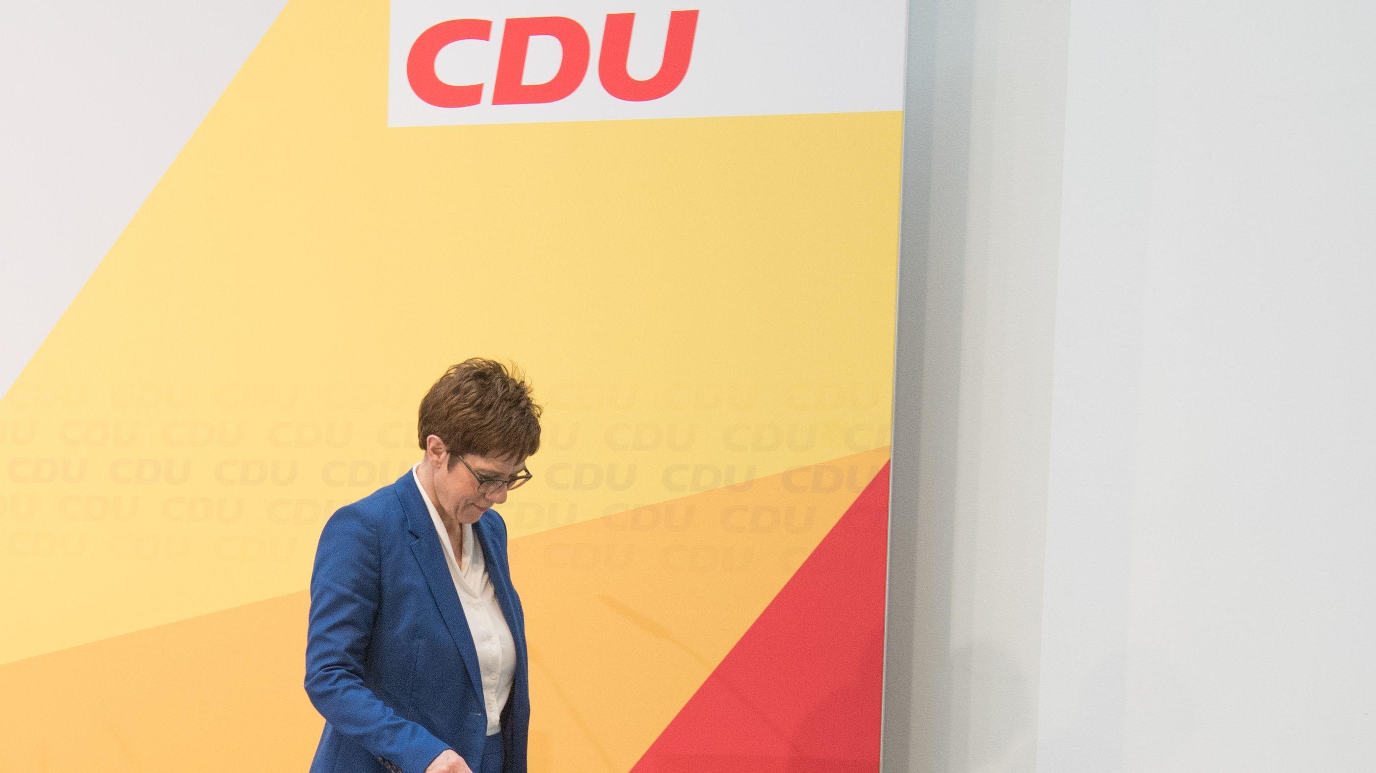 Annegret Kramp-Karrenbauer vor einem CDU-Plakat.