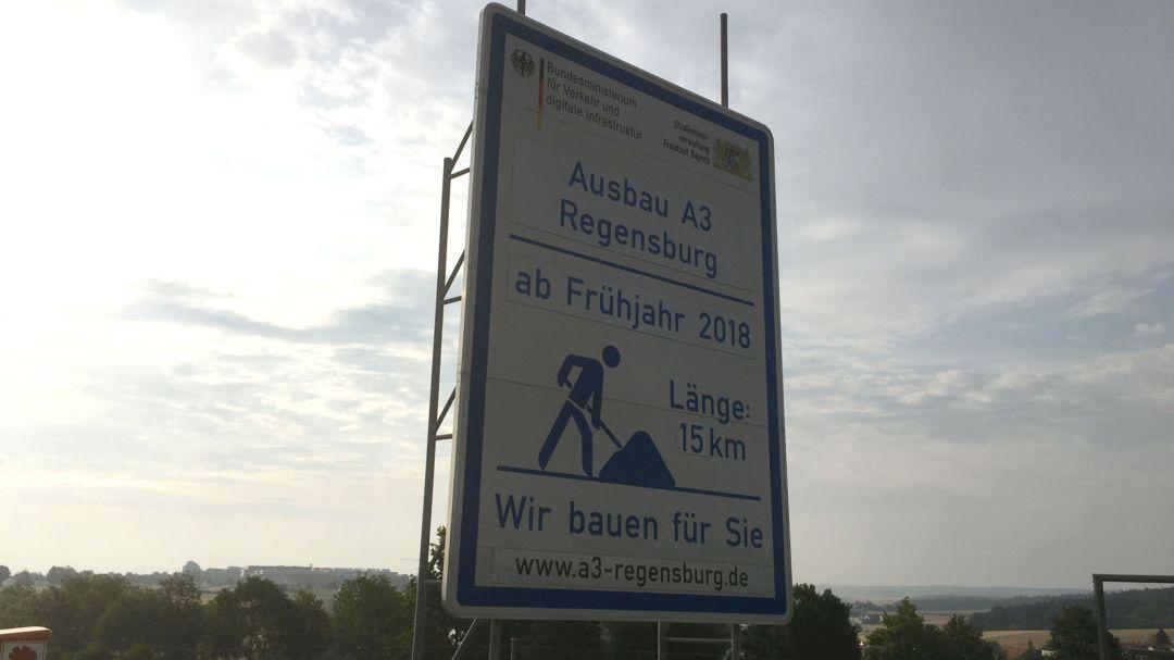 Schild auf der A3-Baustelle bei Regensburg
