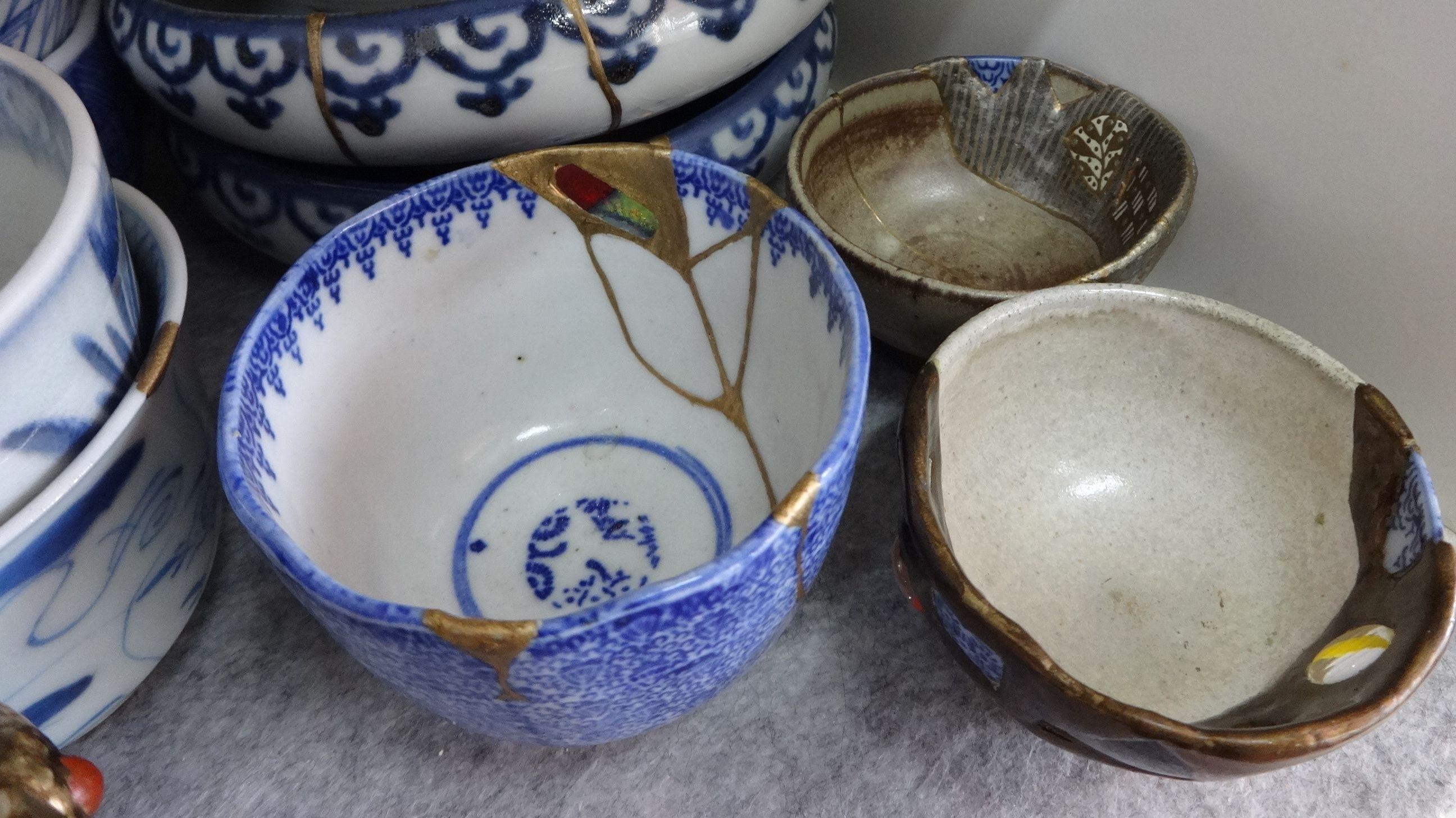 """""""Kintsugi"""" nennt sich eine japanische Technik gebrochenes Porzellan zu reparieren. Zu sehen ist eine Keramik Schüssel die mir Goldmasse gekittet ist."""