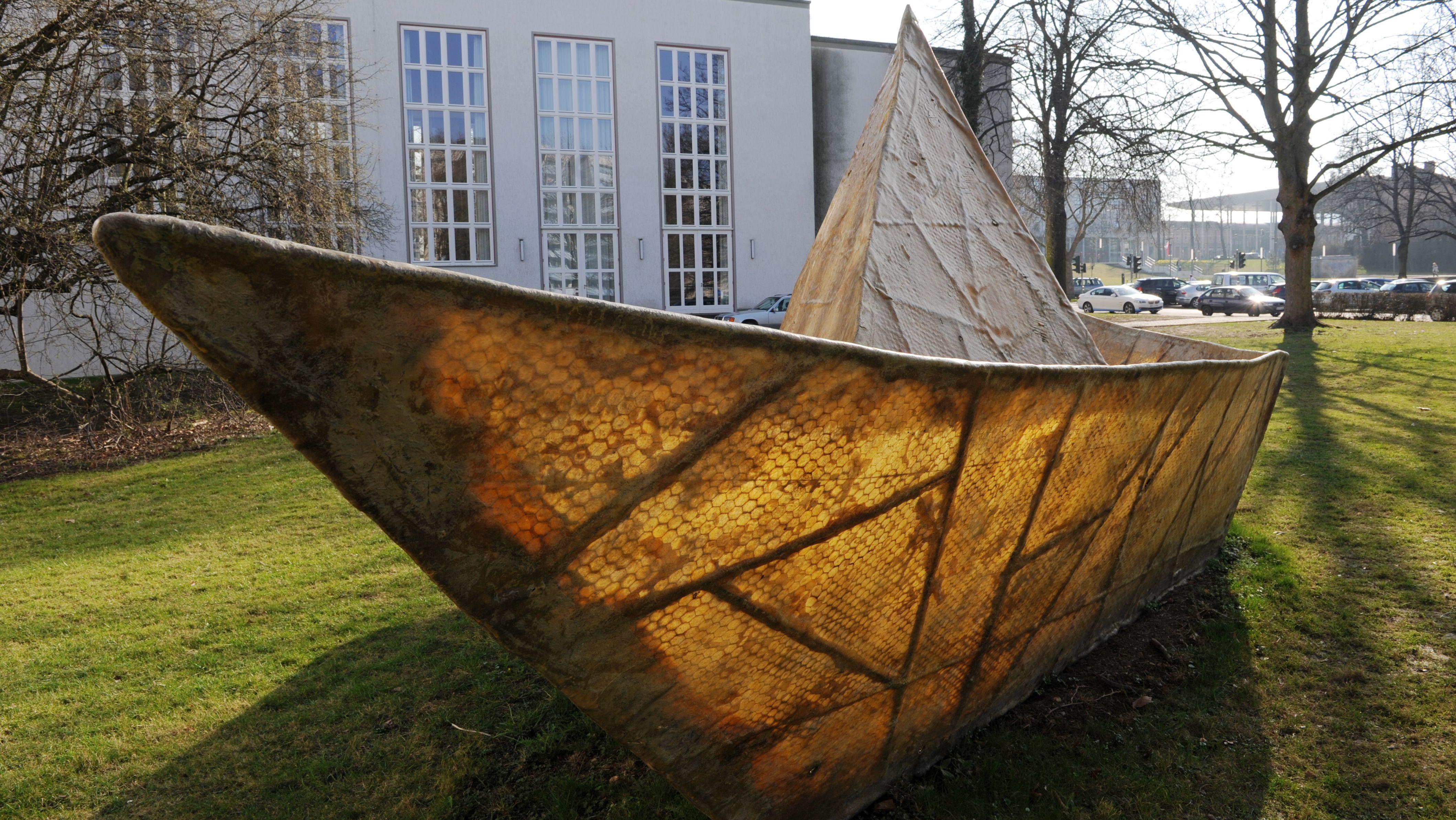 """Die Skulptur """"Das Traumschiff Tante Olga"""" von Anatol Herzfeld in Kassel"""