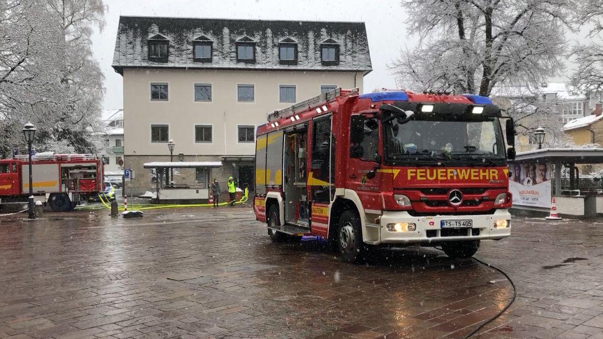 Feuerwehrlöschzug vor dem Landratsamt Traunstein