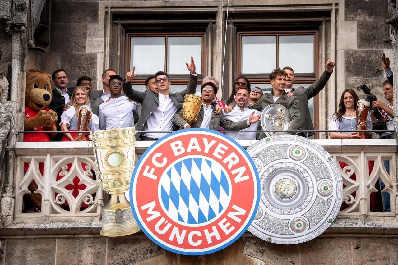 26.05.2019, Bayern, München: Der FC Bayern München feiert auf dem Balkon des Rathauses am Marienplatz die deutsche Fußball-Meisterschaft und den DFB Pokalsieg.