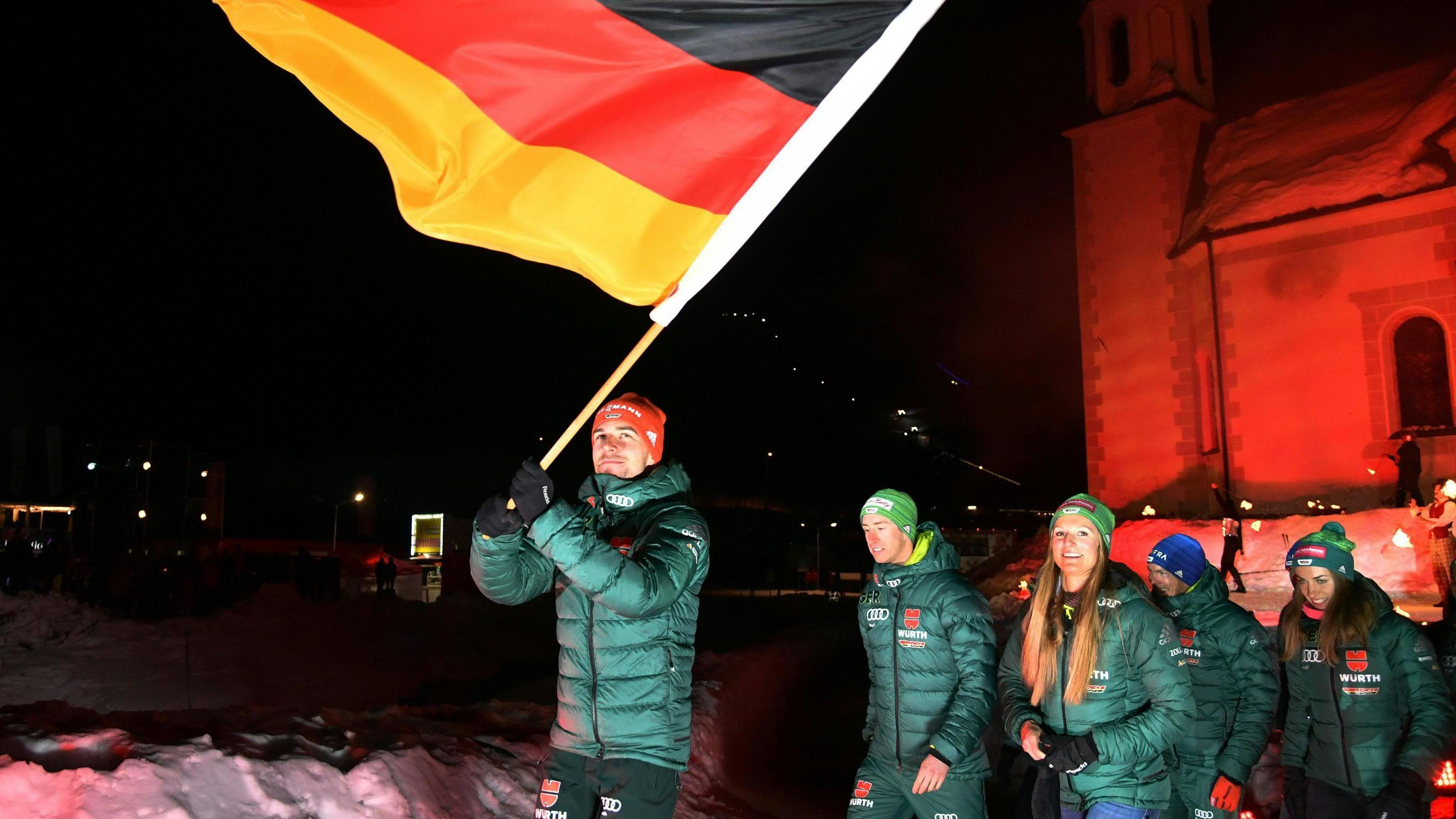 Johannes Rydzek schwenkt die deutsche Fahne