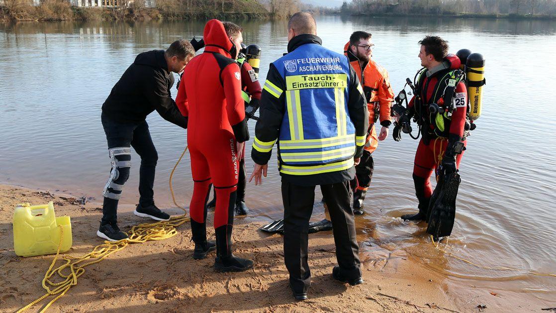 Rettungskräfte suchen nach einem verunglückten Schwimmer
