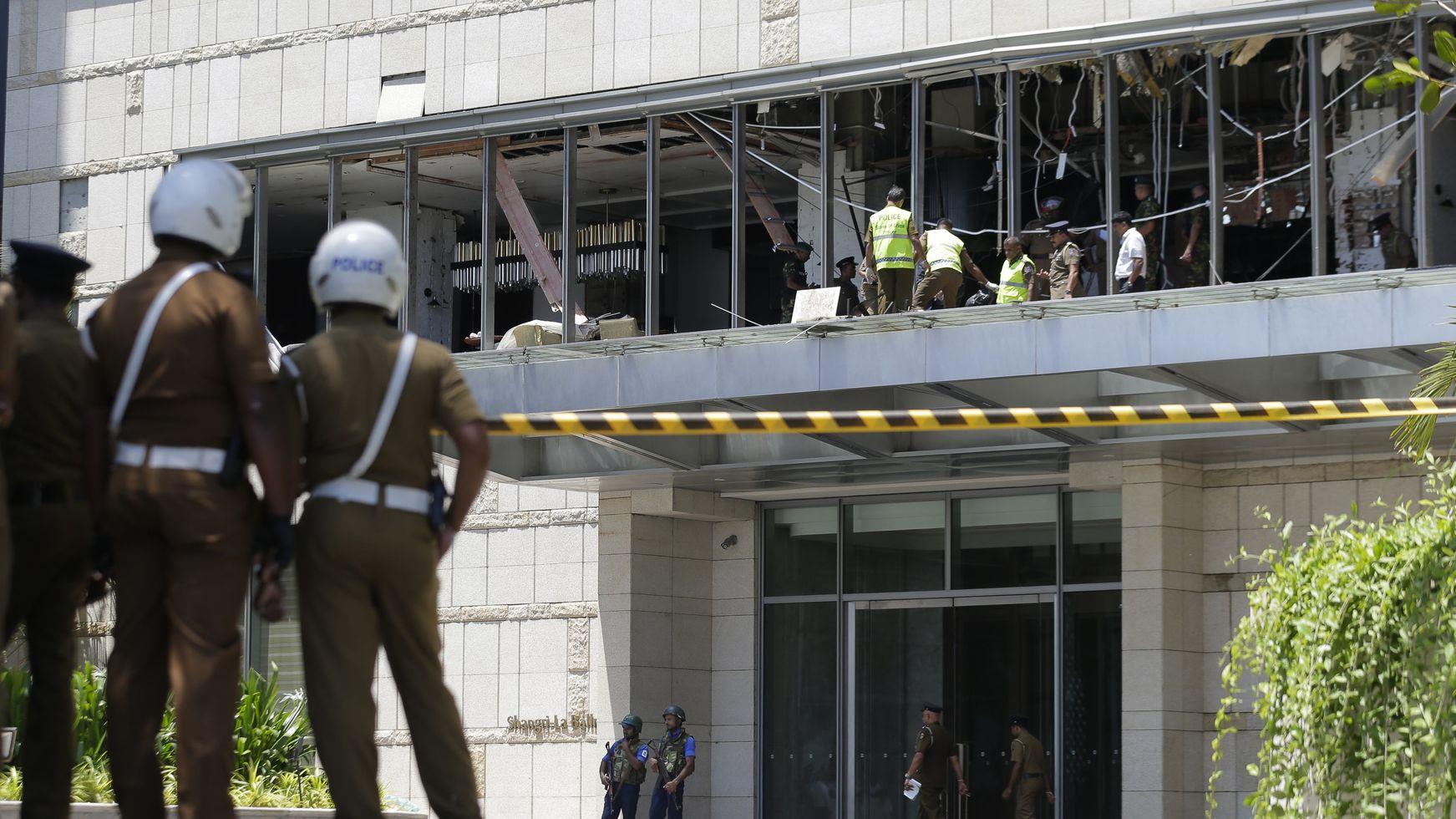 Experten inspizieren nach den Anschlagen von Sri Lanka einen Explosionsort.