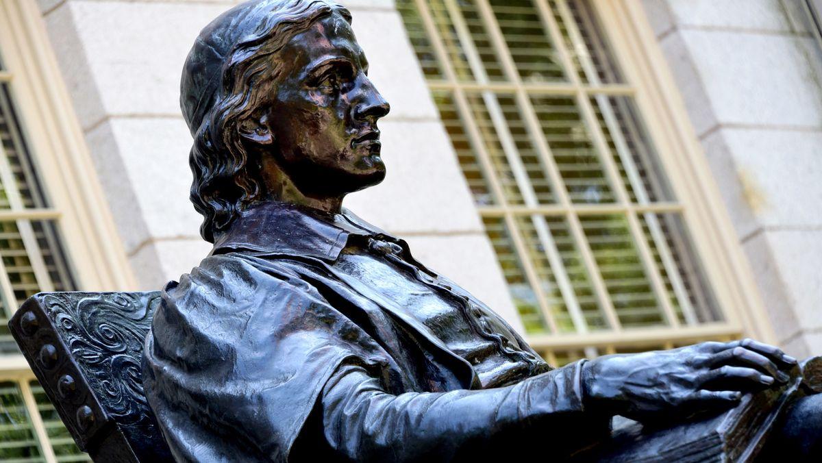 Eine Statue von John Harvard, dem Geistlichen und Gründer der Harvard University, steht auf dem Campus der 1636 gegründeten Universität.