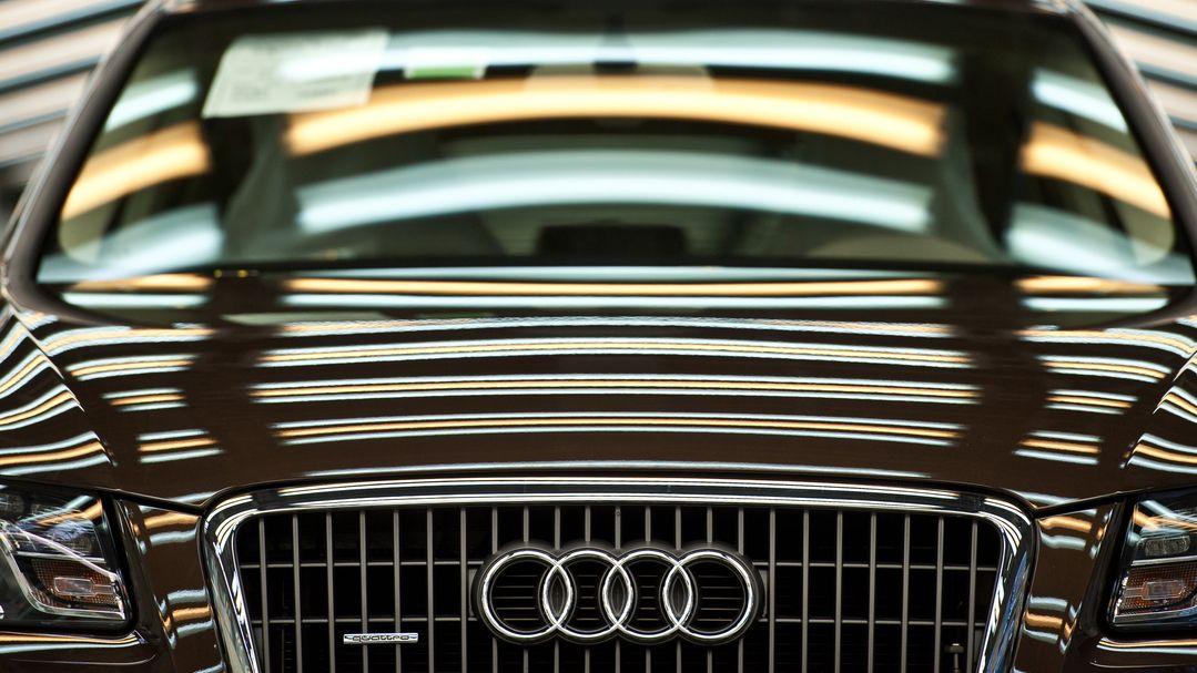 Lichter spiegeln sich in der Karrosserie eines Audi Q5 in der Produktion.