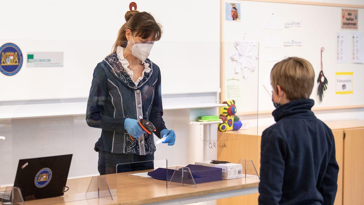 Bayerischer Grundschüler registriert sich für einen Corona-Selbsttest im Klassenzimmer, aufgenommen am 10.03.21.