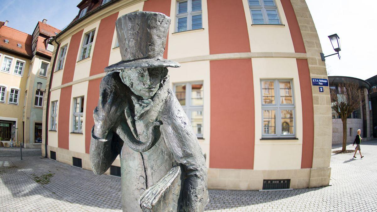 Ein Denkmal, das den Dichter und Komponist Ernst Theodor Amadeus (ETA) Hoffmann mit einer Katze auf der Schulter zeigt, steht auf dem nach ihm benannten Platz in Bamberg.