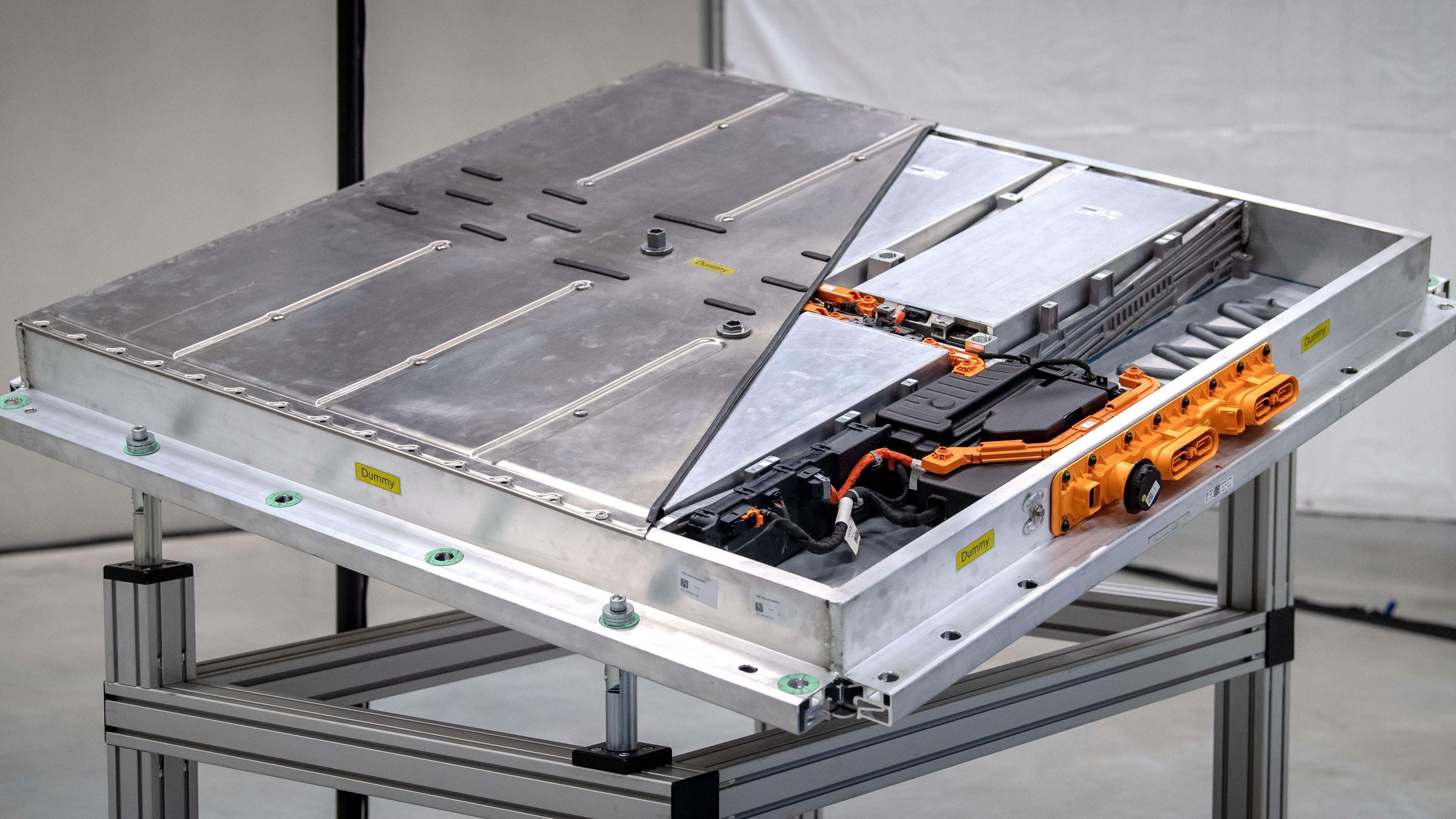 Das Batteriesystem mit Zellen und Steuereinheit für die neue Elektroauto-Serie von VW