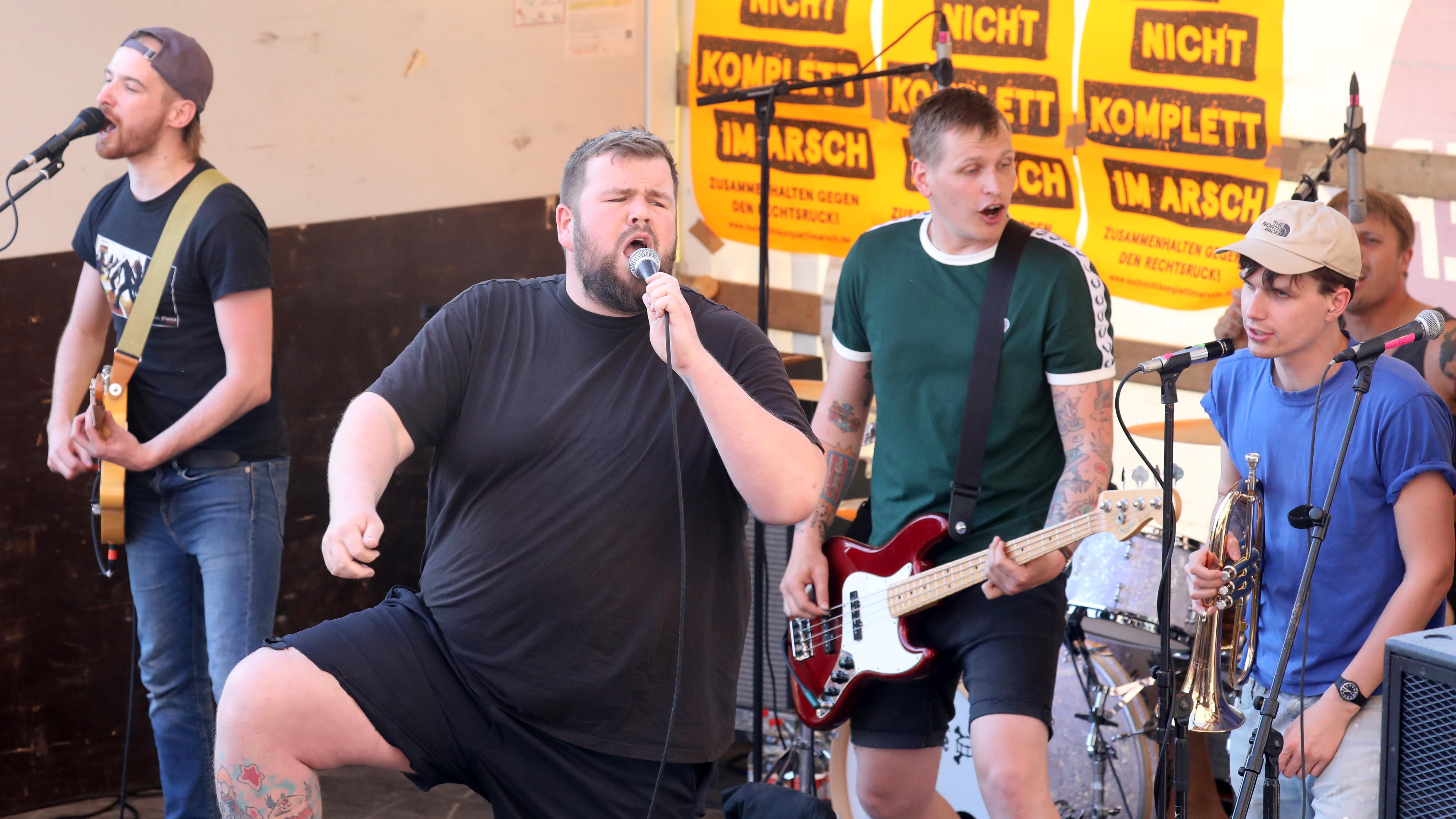 Die Sänger der umstrittenen Punk-Band bei einem Solidaritätskonzert