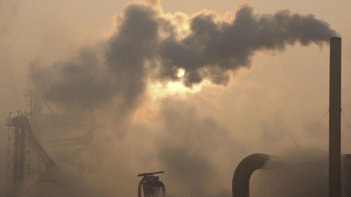 Fabriken in China stoßen Abgase aus.