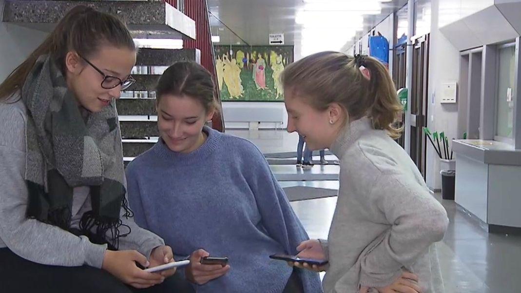 Kinder mit Handys in der Schule