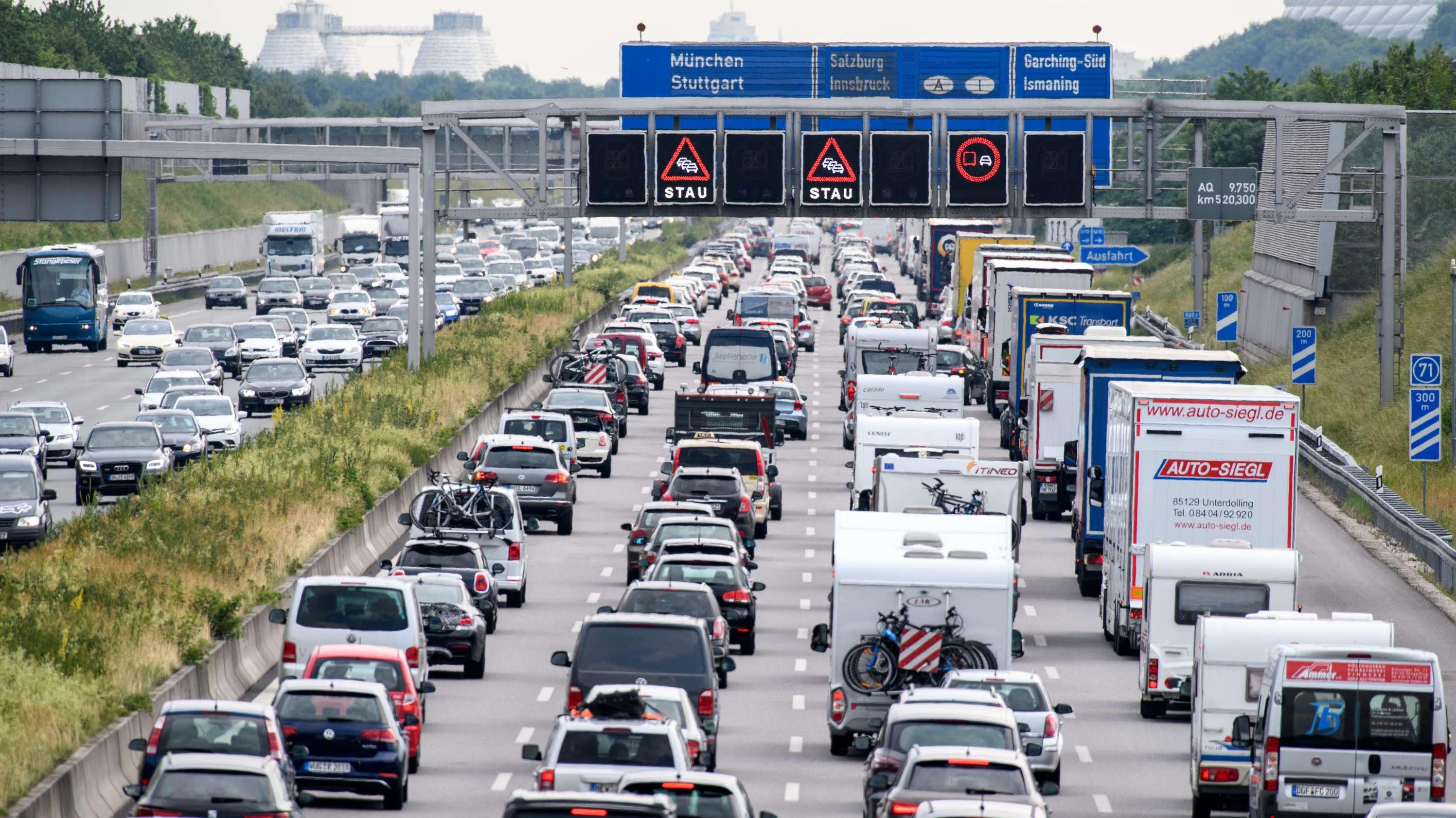 Zähfließender Verkehr herrscht auf der Autobahn A9 bei München