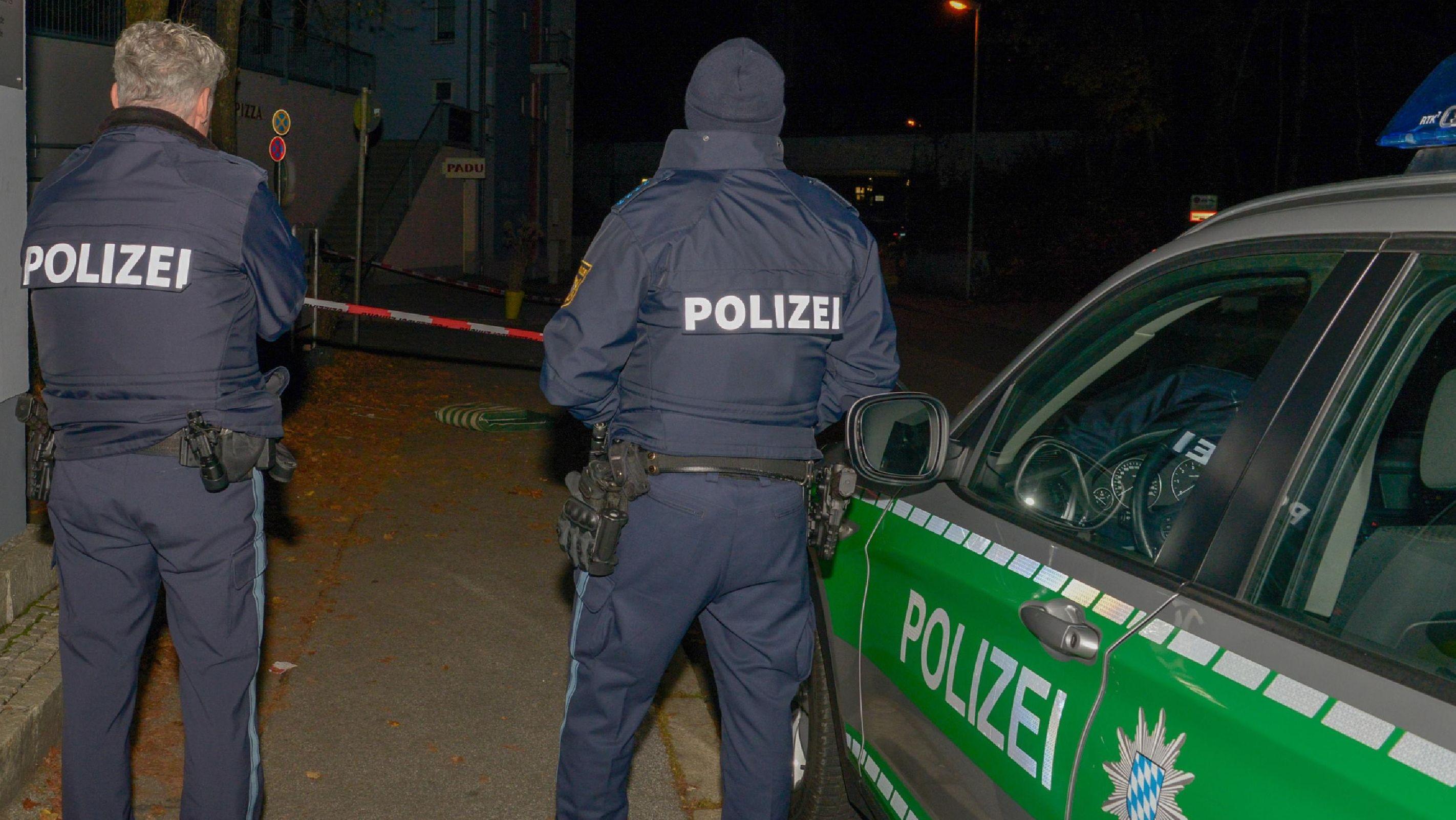 Polizeibeamte am Tatort in der Innstraße in Passau