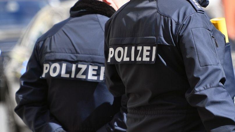 Zwei Polizisten in blauer Uniform (Symbolbild)