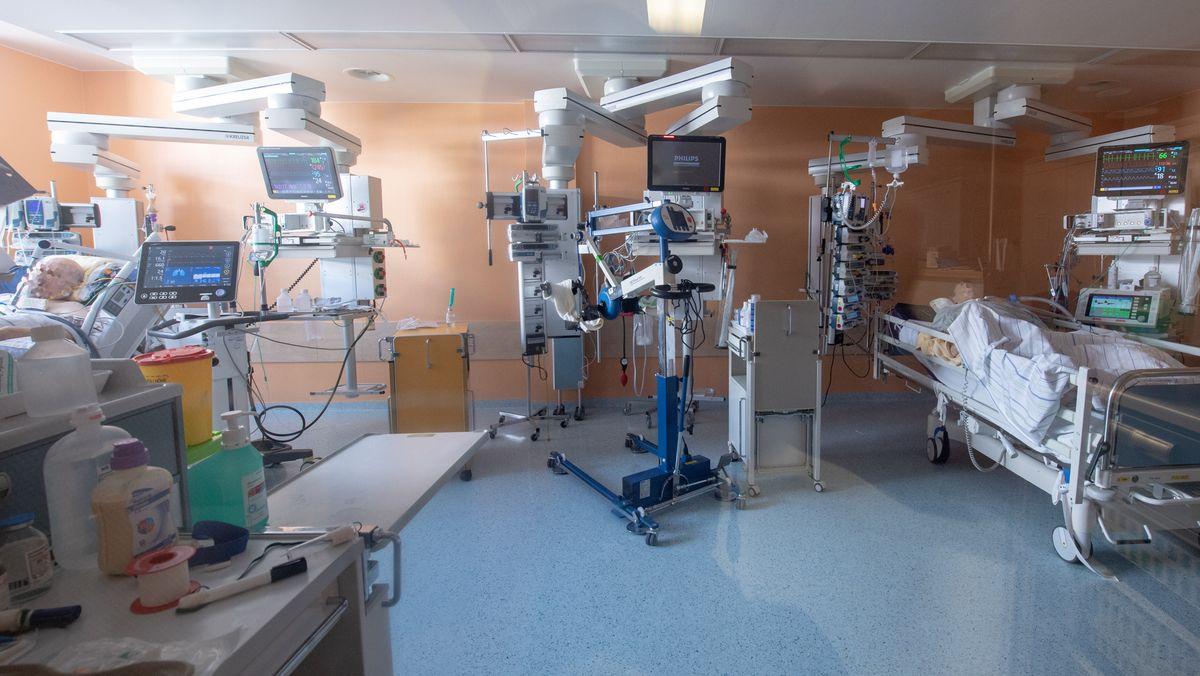 Corona-Patienten in  einem Intensivbett-Zimmer