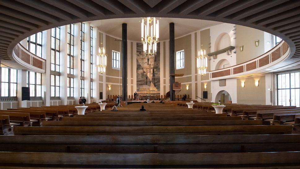 ARCHIV - 10.04.2020, Bayern, München: Heinrich Bedford-Strohm, Landesbischof der Evangelisch-Lutherischen Kirche in Bayern, hält einen Gottesdienst in der fast menschenleeren St. Matthäuskirche.