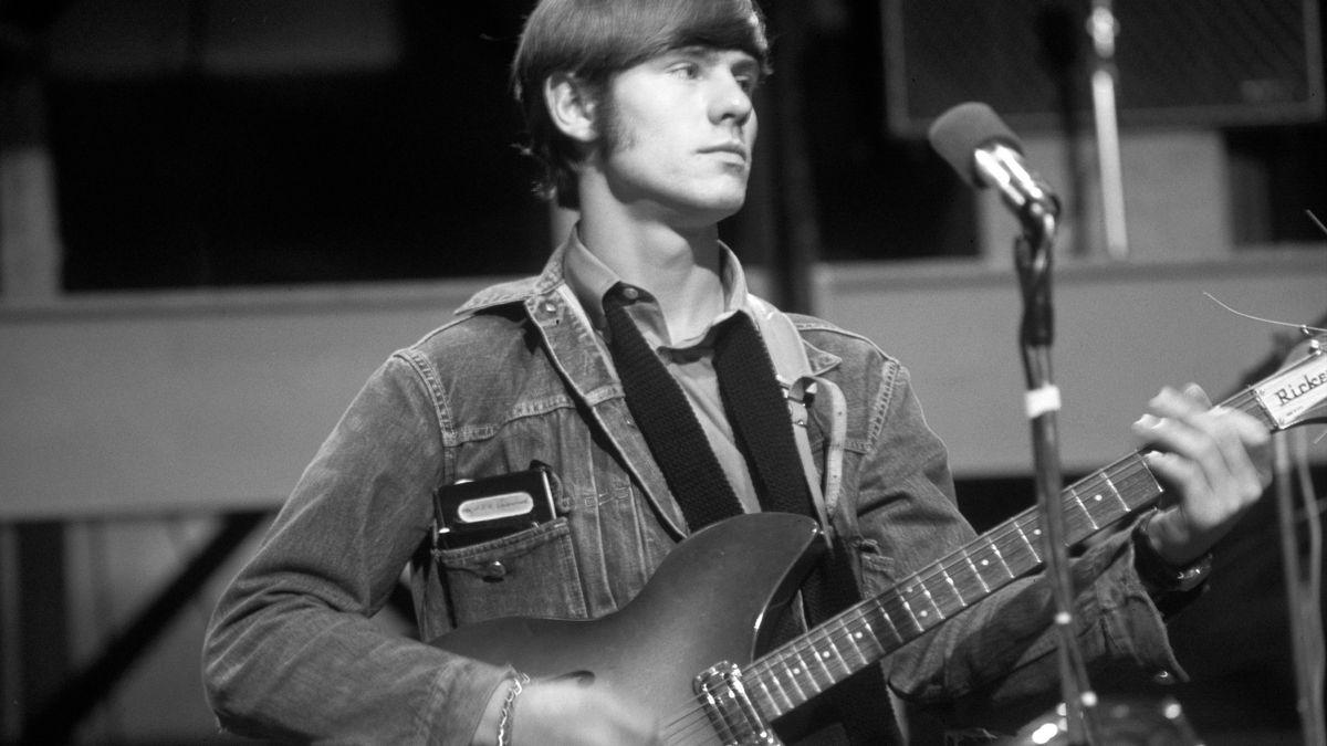 Ein schwarz-weiß Foto von Hilton Valentine mit E-Gitarre