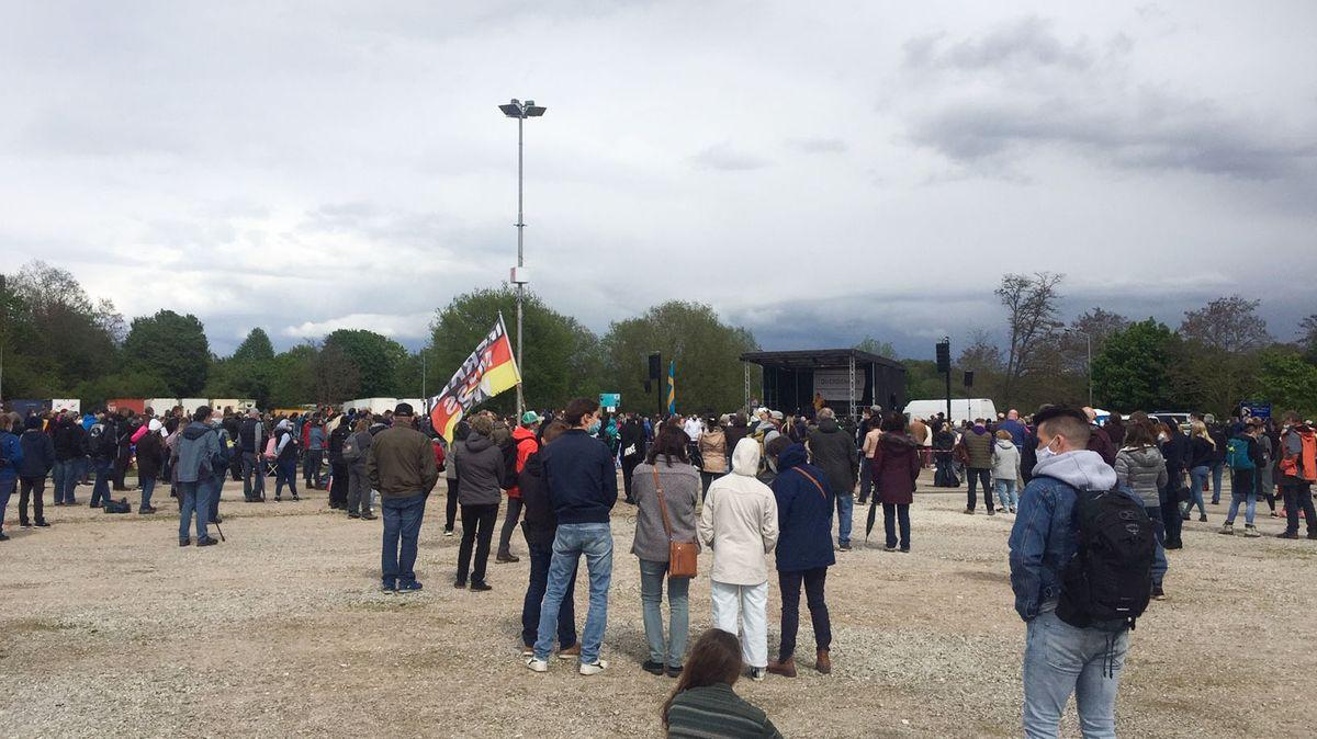 Rund 1.200 Gegner der Corona-Maßnahmen haben sich auf dem Nürnberger Volksfestplatz versammelt.