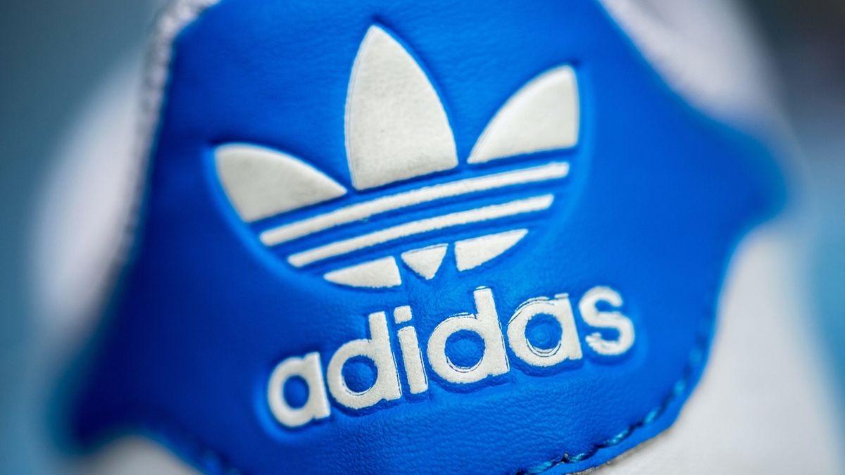 Das Logo des Sportartikelherstellers Adidas auf einem Schuh
