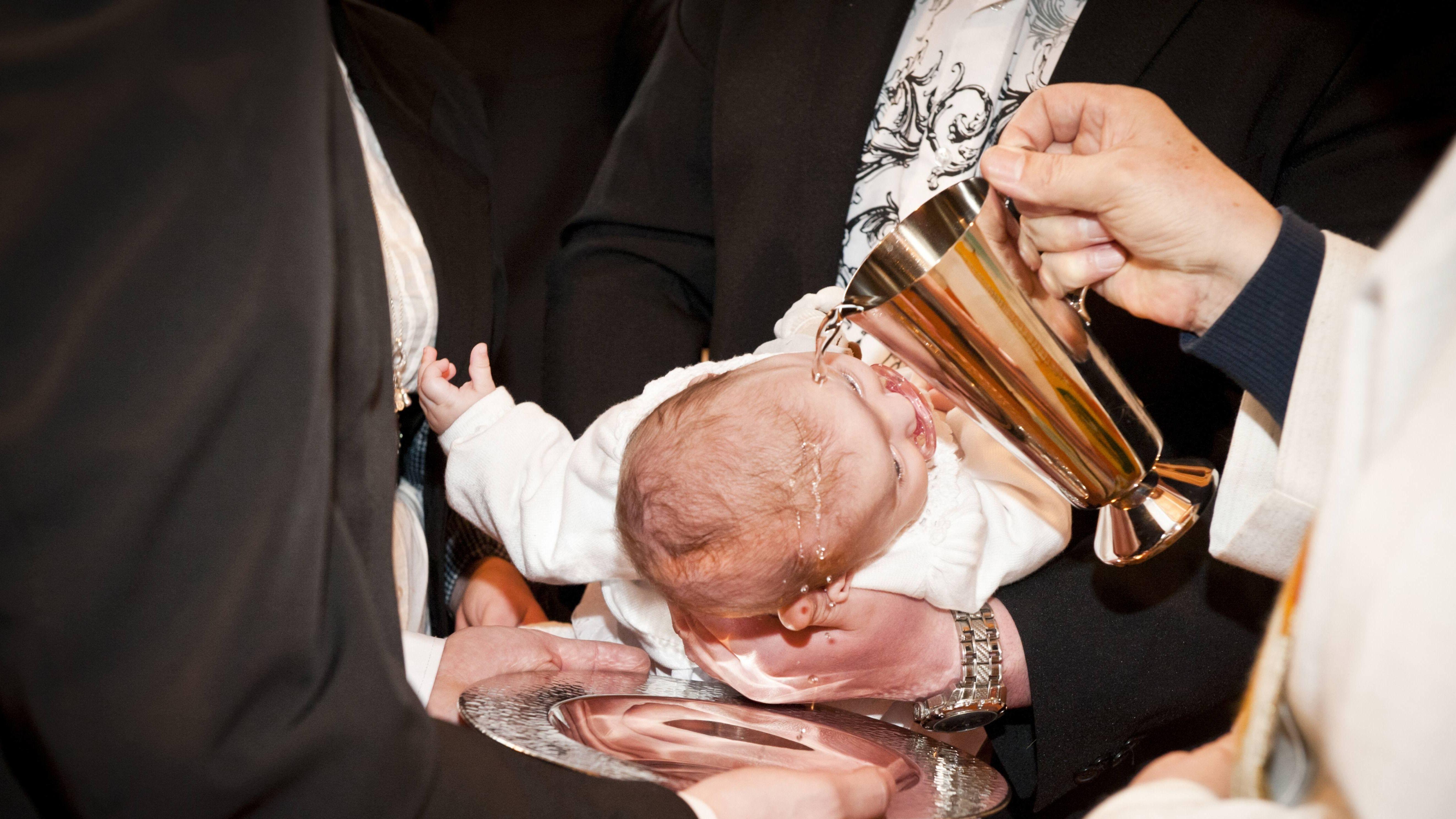 Ein Baby wird christlich getauft.