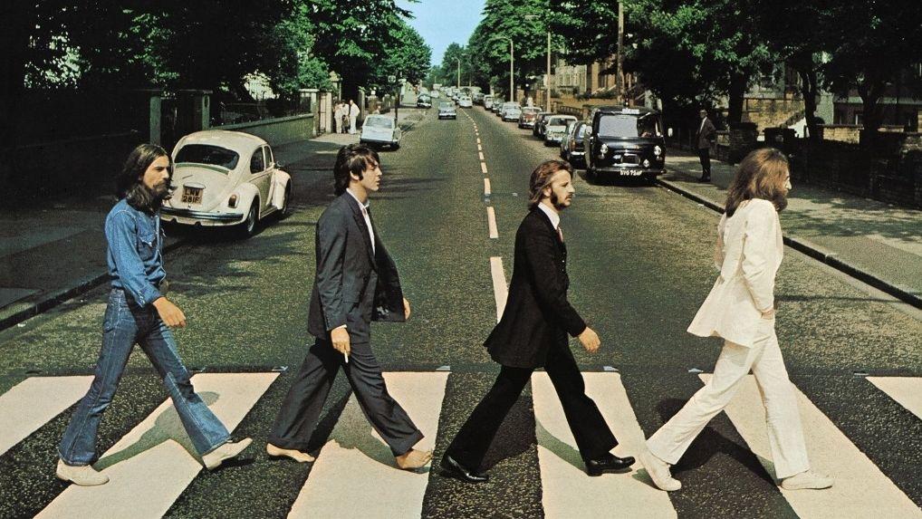 """CD-Cover aus dem Box-Set """"Abbey Road"""" von den Beatles.  John Lennon, Ringo Starr, Paul McCartney und George Harrison überqueren die Straße."""