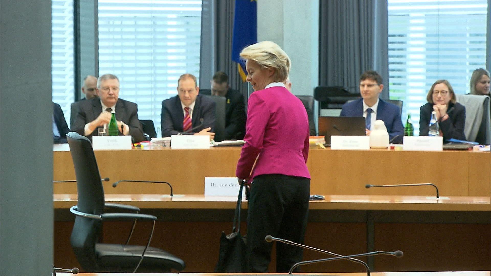 Ursula von der Leyen wird von ihrer Vergangenheit als Verteidigungs-Ministerin eingeholt: Ihr Ministerium soll ja millionenschwere Verträge an externe Berater vergeben haben - ohne Rücksicht auf das Vergaberecht.