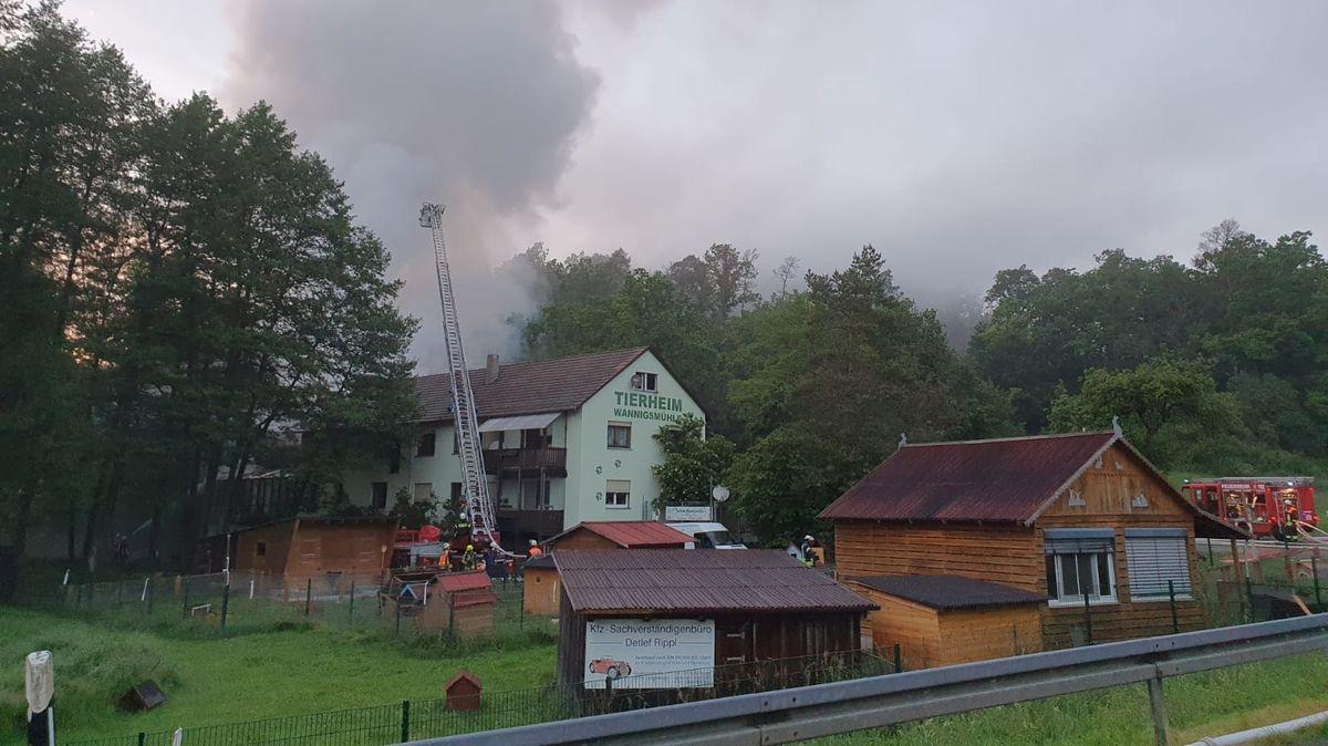 Rauchschwaden über dem Tierheim in Münnerstadt. Die Feuerwehr ist vor Ort.