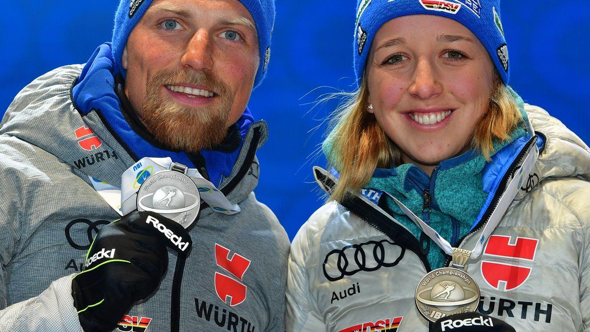 Franziska Preuß zeigt ihre erste Silbermedaille der Biathlon-WM in Antholz, gemeinsam mit Erik Lesser lief sie die Mixed-Staffel.