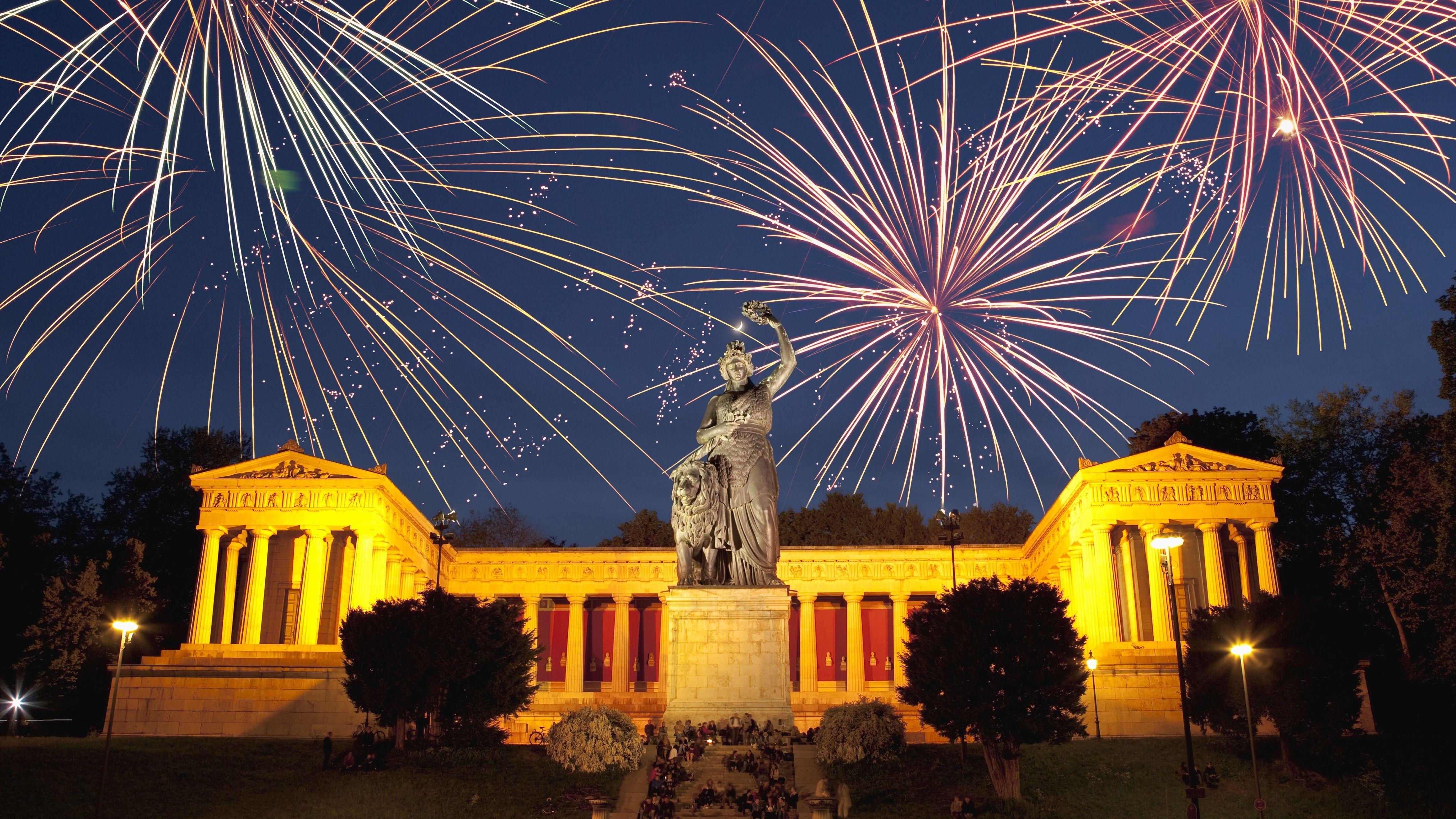 Die Bavaria in München vor Silvesterfeuerwerk