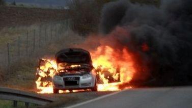 Auto steht in Flammen