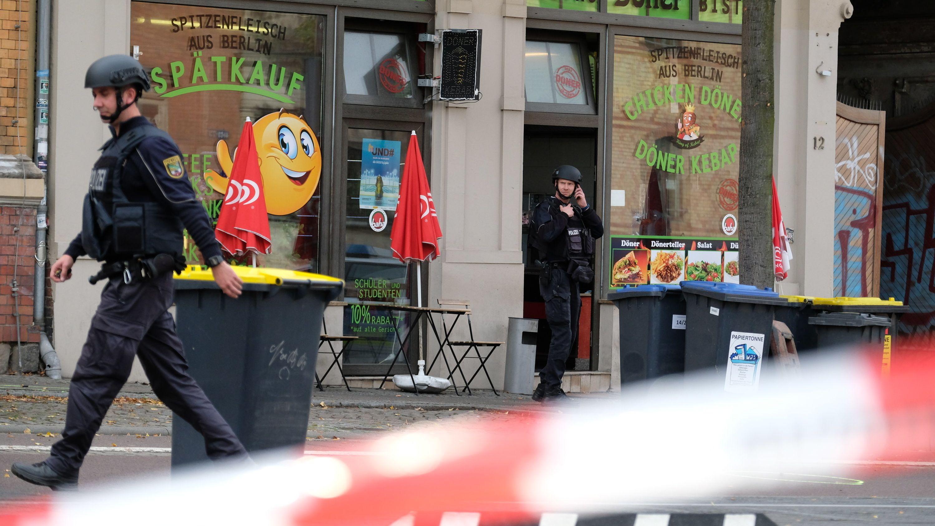 Polizeiabsperrung vor Dönerimbiss in Halle