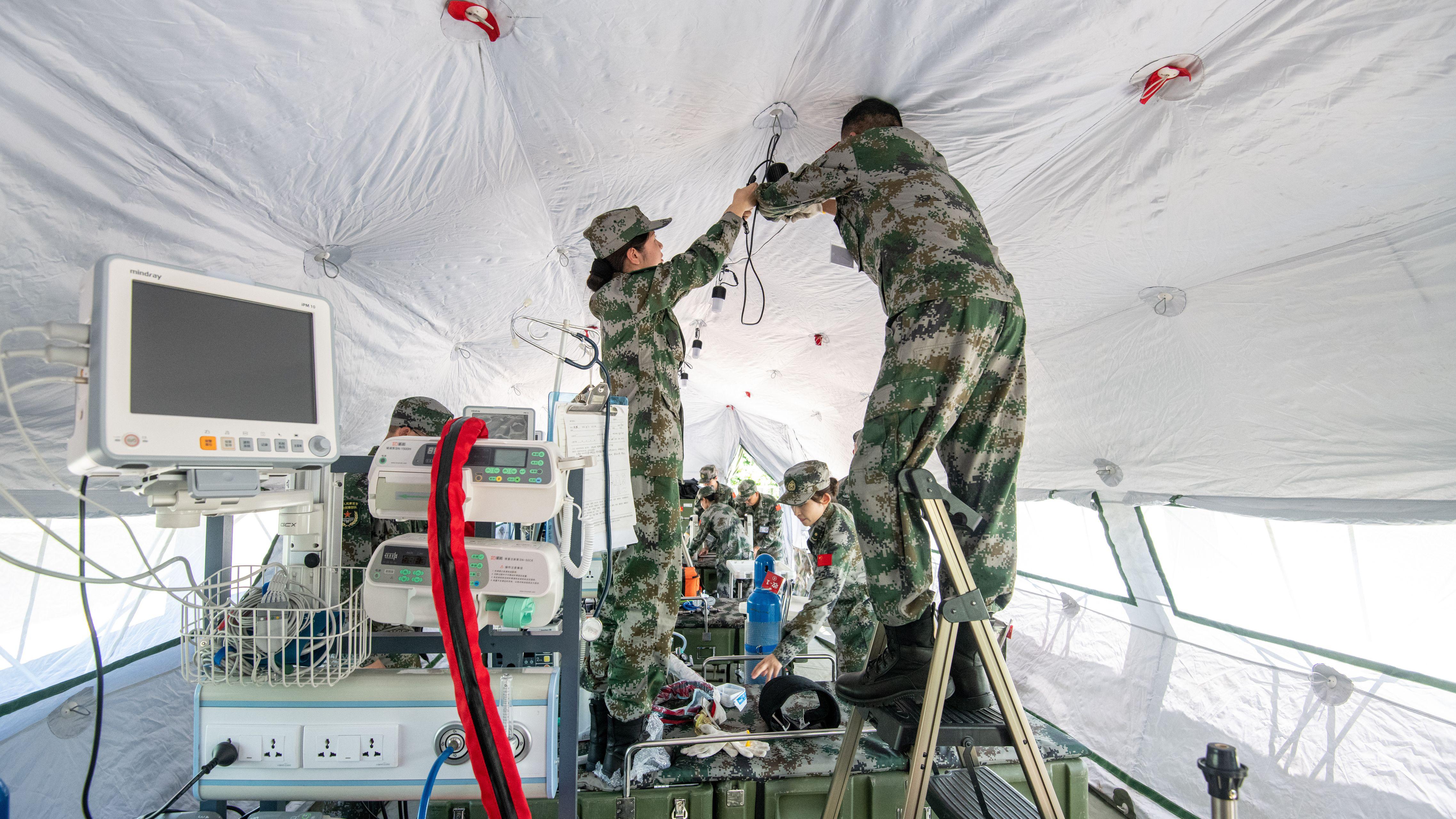 Soldaten der Chinesischen Volksbefreiungsarmee bauen eine Intensivstation in einem mobilen Rettungszentrum auf.