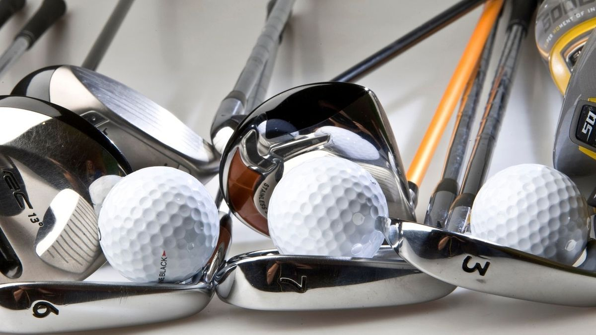 Golfschläger mit Golfbällen in einem Golfclub (Symbolbild)