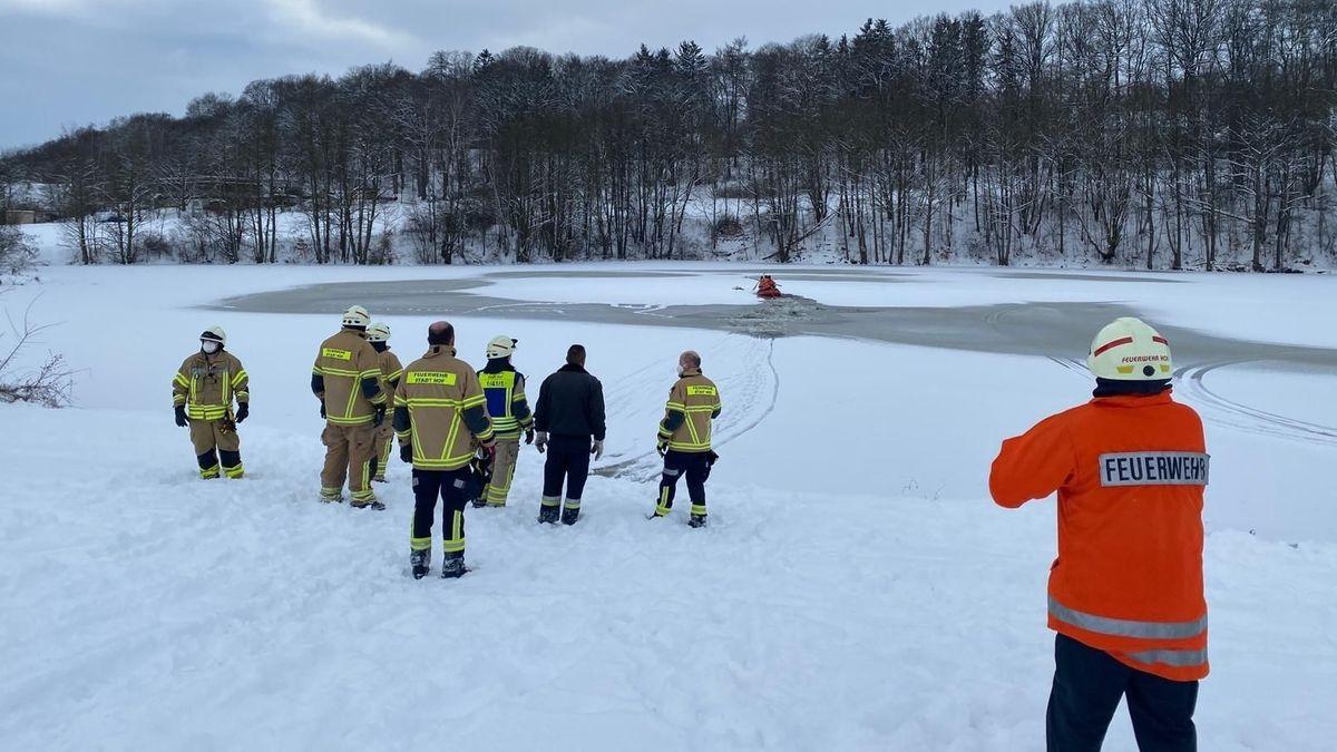 Einsatzkräfte am zugefrorenen See in Hof