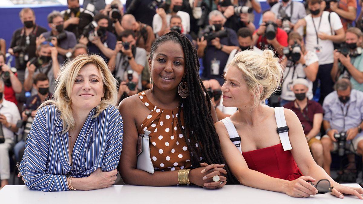 Drei Schauspielerinnen im Vordergrund, im Hintergrund eine Fotografentribüne.
