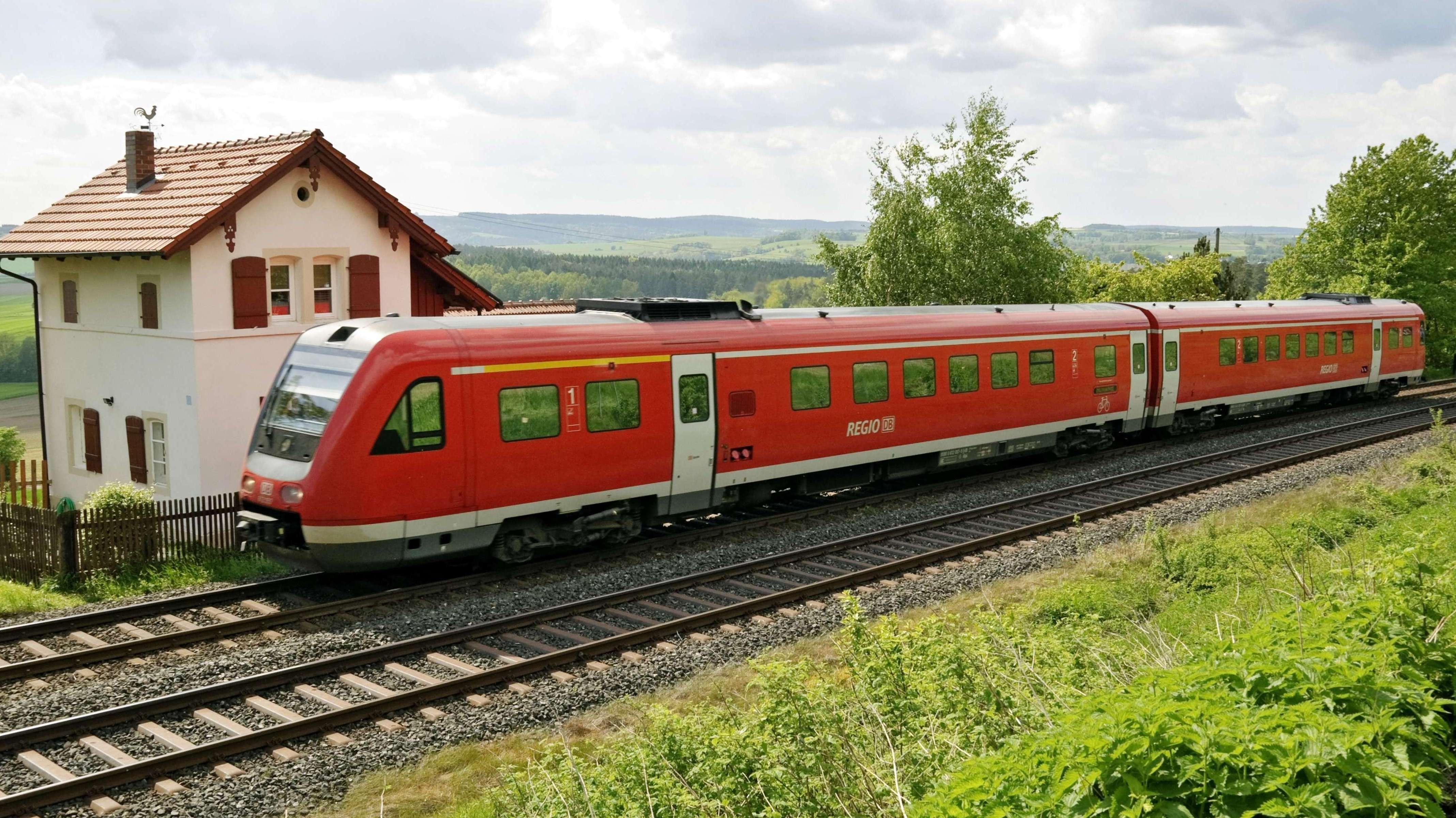 Ein Regionalzug in der Nähe von Neuenmarkt in Franken, Mai 2010