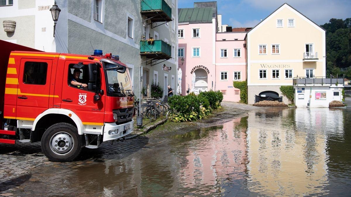 Feuerwehrfahrzeug vor überschwemmter Straße