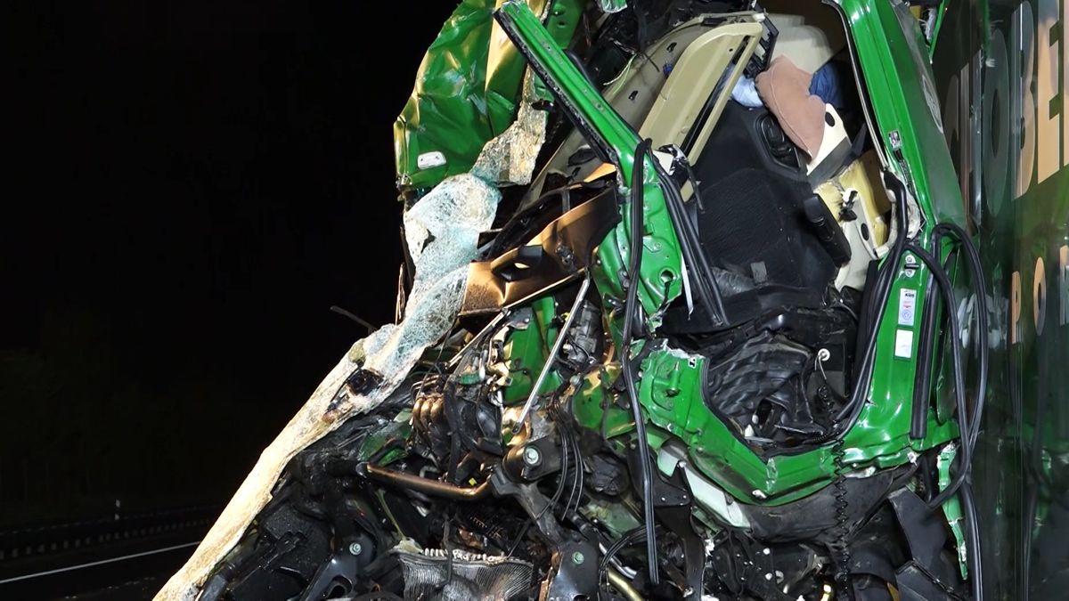 Zerstörte Fahrerkabine nach Lkw-Unfall