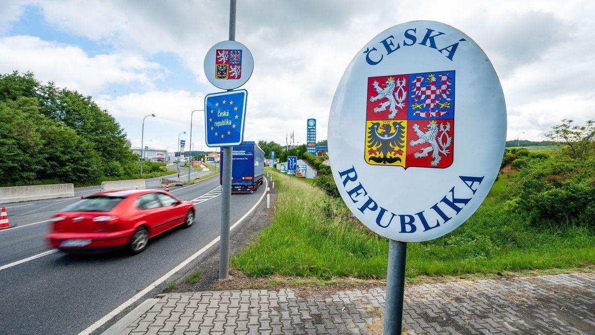 Ein Schild weist an einer Straße auf den Beginn der Tschechischen Republik in 1.000 Metern hin.