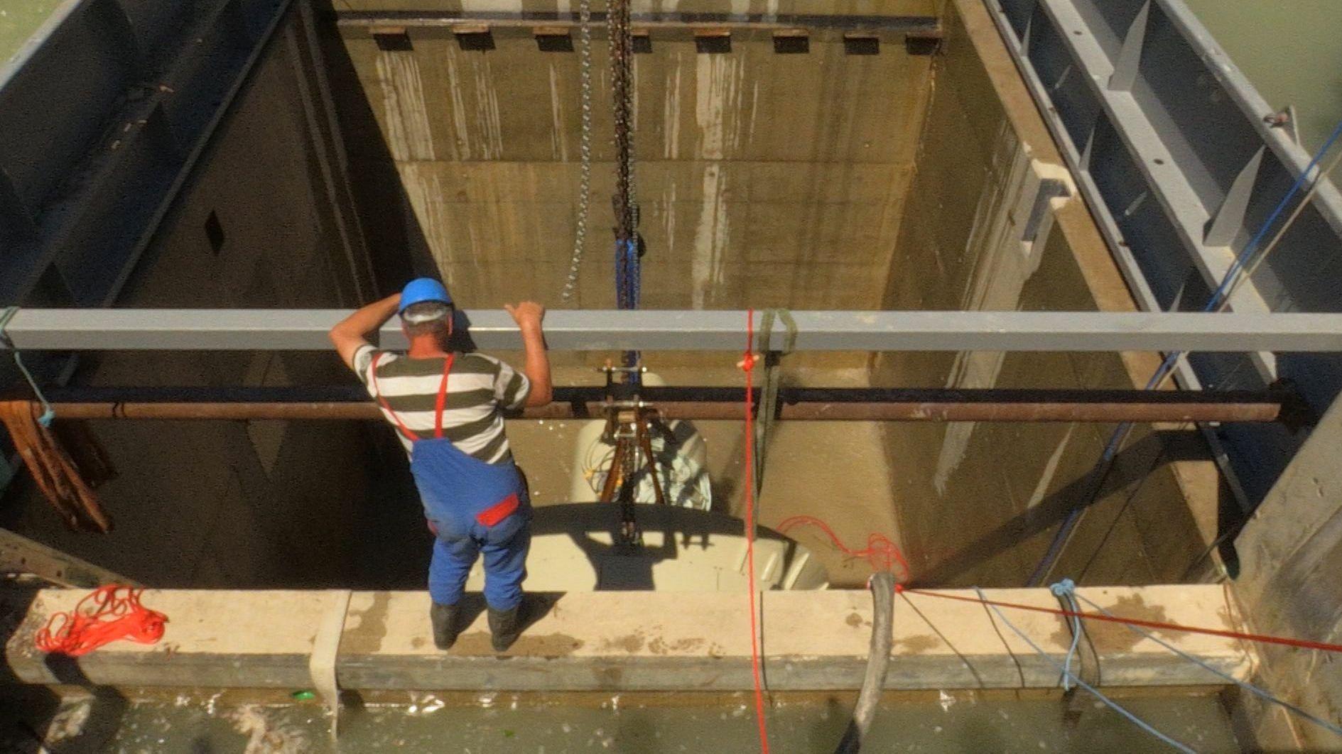 Einbau der ersten Turbine im Schachtkraftwerk Großweil im Juni 2019