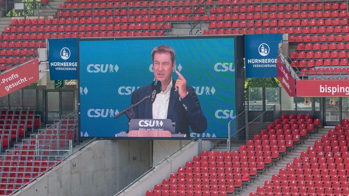 CSU-Chef, Markus Söder, wird auf der Stadionleinwand während seiner Rede zur Bundestagslistenaufstellung im Frankenstadion übertragen.