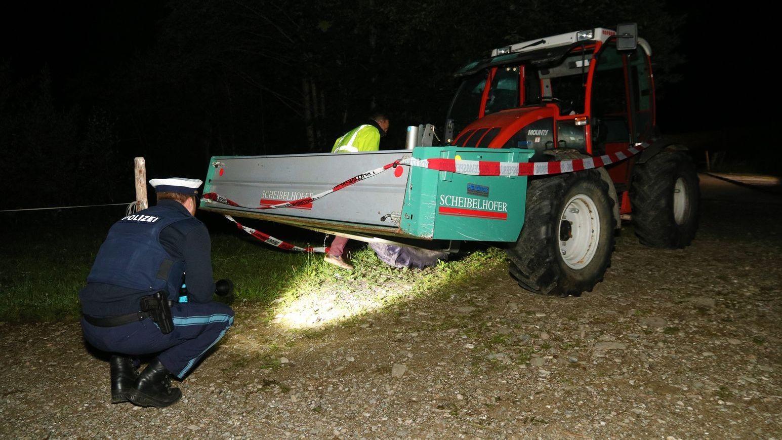 Polizist begutachtet Unfallstelle nach tödlichem Traktorunfall