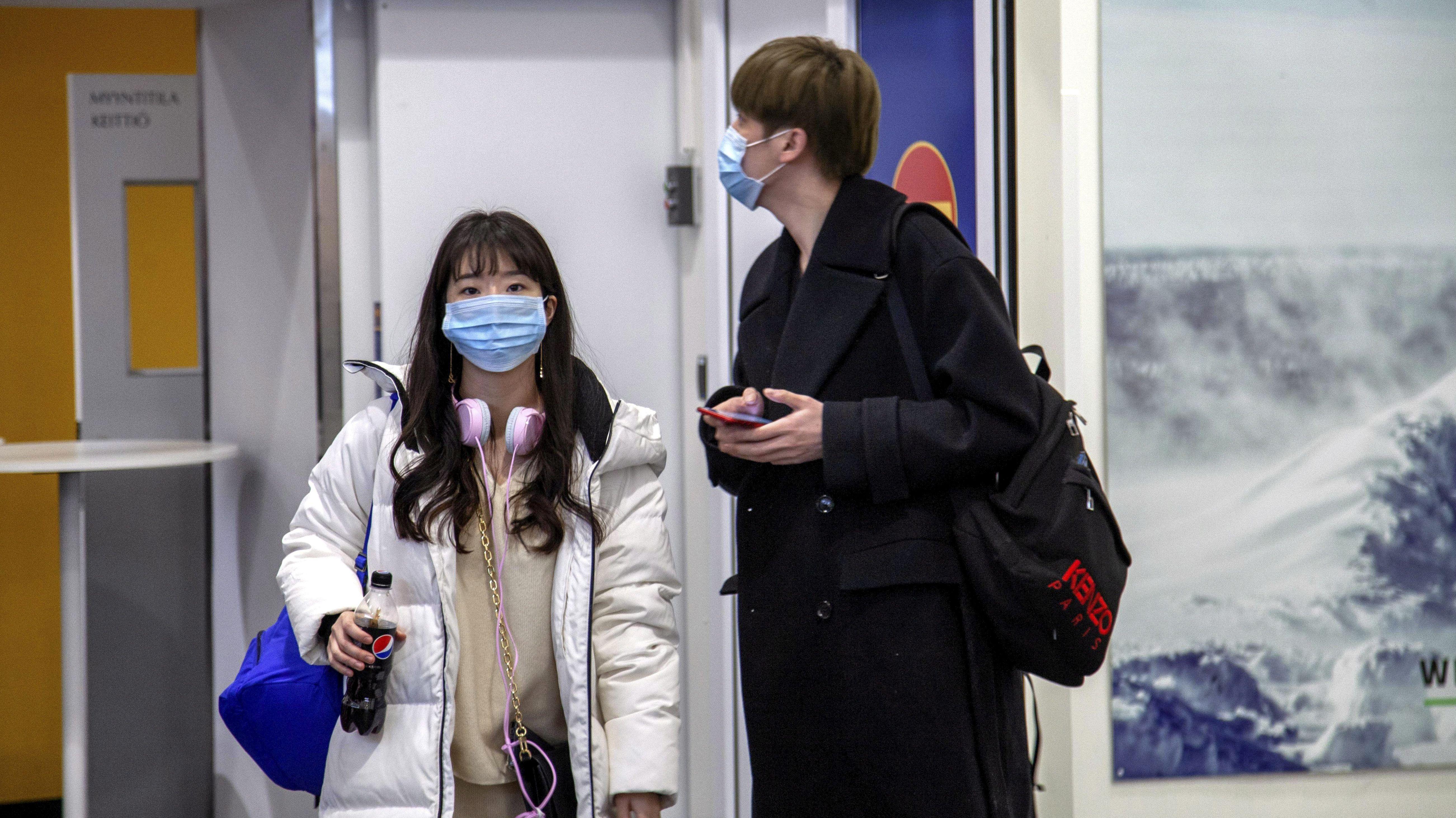 Reisende mit Masken in Ivalo/Finnland.